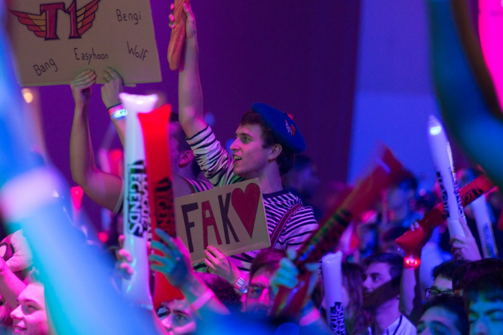 Faker fan disguised and holding a baguette, refering to the french player sOAZ.